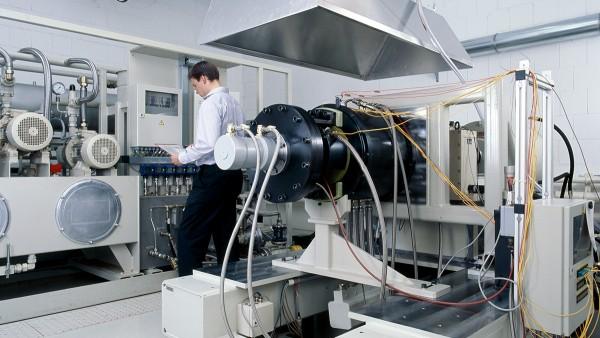 製品の開発・製造以外に、試験装置を使った試験や認証試験、分析、修理等のサービスも提供しています。