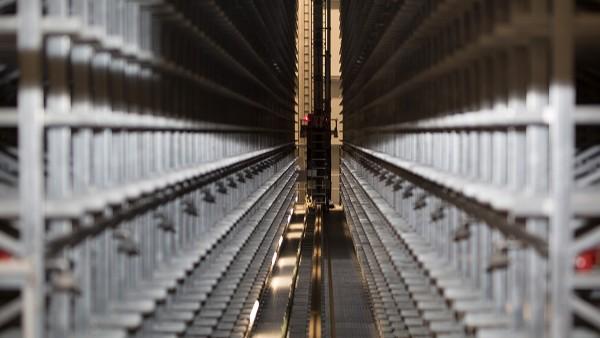 SmartCheckが、自動倉庫システムのリフトドライブとトラベルドライブを継続的に監視します。